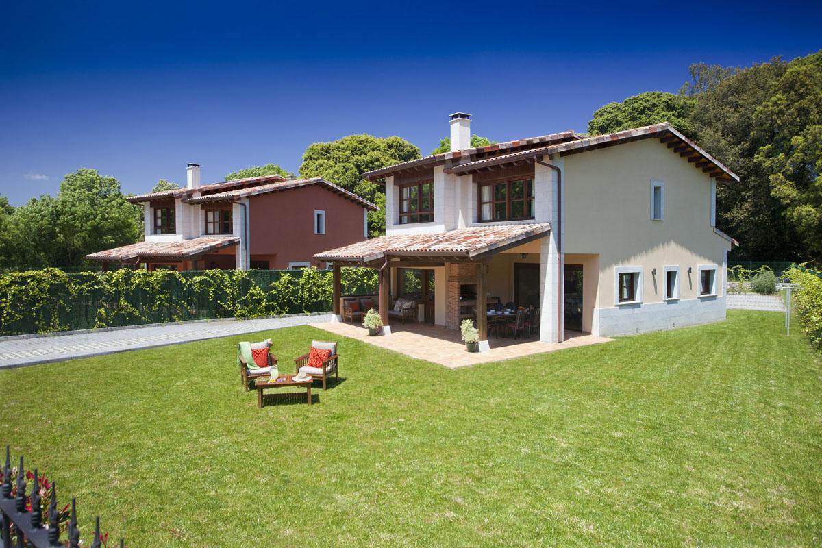 Vista del jardín privado y el mobiliario de jardín, casa rural Playas de Llanes